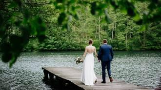 男醫帶未婚妻到湖邊拍婚紗 甩竿釣魚因「1動作」被電死