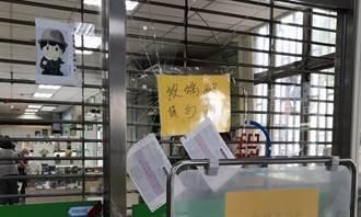 郵局未開門急著闖入 男暴怒徒手擊玻璃門逃逸