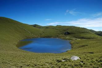 嘉明湖睽違2年滿水位 鏡子變大了