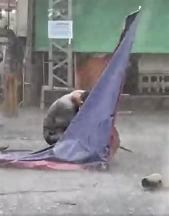 大雨狂瀉 台中大里攤商跟雨搏鬥畫面被民眾拍下