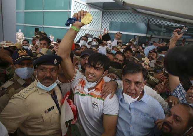 印度標槍一哥丘帕拉摘下東奧金牌,回國時受到熱烈歡迎。(美聯社)