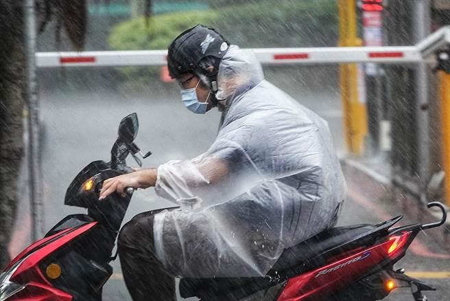 連續一周都是午後雷雨的天氣,山區、大台北雨勢最大。圖為下大雨。(黃世麒攝)