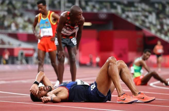 法國跑者Morhad Amdouni比完男子1萬公尺後累倒在地。(路透)