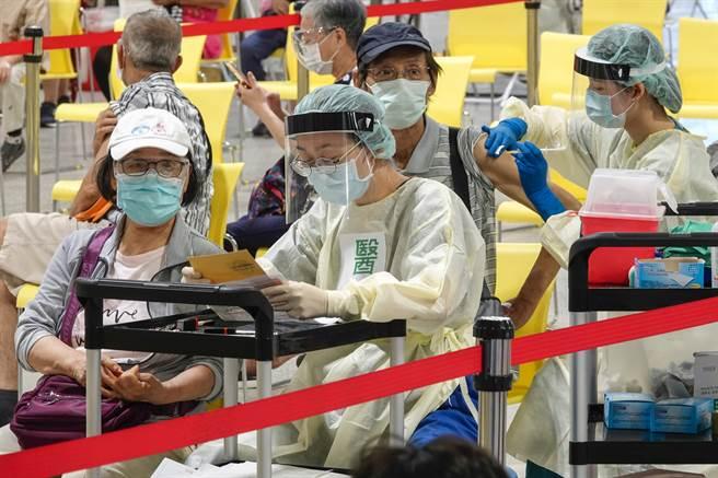 醫師吳昌騰表示若要預防變異株,疫苗需完成兩劑接種的覆蓋率至少要80%以上。(黃子明攝)