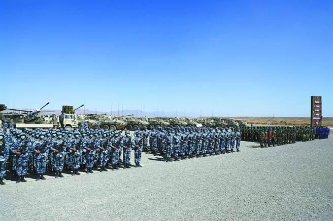 中俄「西部•聯合-2021」演習9日,在寧夏某基地正式拉開帷幕。圖為中俄兩軍地面方隊。(大陸環球網)