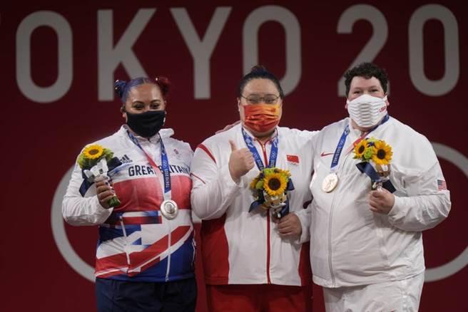 女子87公斤以上的舉重銀牌Emily Campbell(左起)、金牌李雯雯、銅牌Sarah Robles。(美聯社資料照)