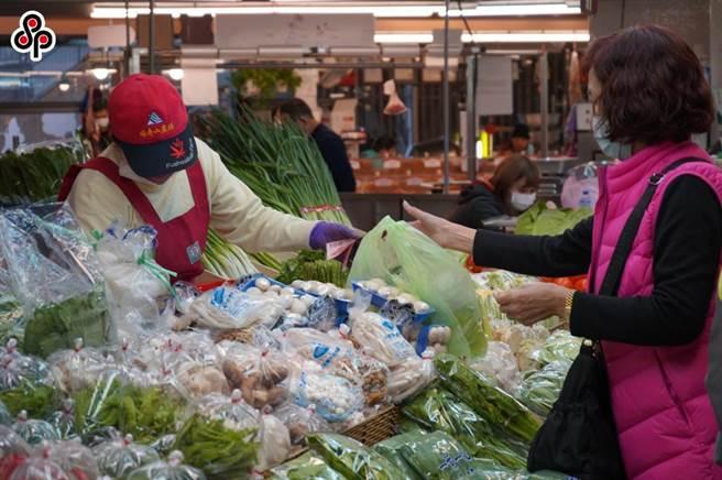 今日大台北批發市場蔬菜平均批發價來到每公斤48.6元,創下今年菜價新高,蔬果品質不一、尚未復耕也是價漲原因,不少民眾紛紛表示真的好貴。(本報系資料照)