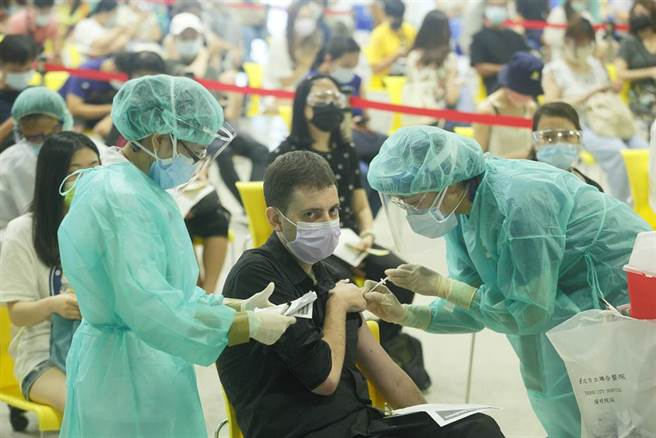 台灣的新冠疫苗存量告急,疫情指揮中心指揮官陳時中說明最新策略,「希望涵蓋率越高越好」,比起打第二劑,應該選擇讓更多人完成第一劑,整體對社會相對保護力比較強,醫護人員10日在台北花博接種站,為補教專案人員施打疫苗,其中不乏外籍教師。(張鎧乙攝)