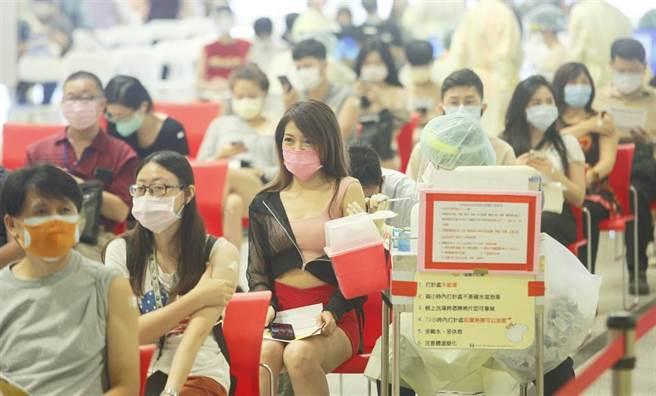 台灣的新冠疫苗存量告急,已經打完第一劑AZ或莫德納的民眾,遲遲等不到第二劑,疫情指揮中心指揮官陳時中坦言「告急」,外國疫苗數量短缺,而高端疫苗日前證實,拚500萬劑疫苗在年底前交貨,越來越有信心,醫護人員10日在台北花博接種站,為補教專案人員施打疫苗。(張鎧乙攝)