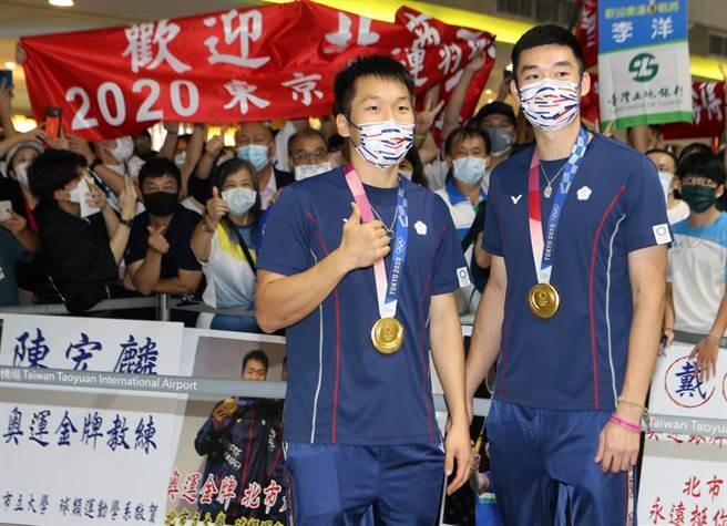 羽球金牌「黃金男雙」李洋(左)、王齊麟(右)在4日光榮返台。(資料照/陳麒全攝)