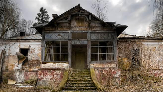 英國一對小夫妻原本想在拍賣會上購買老公寓,無奈拍賣官口音太重讓他們誤買到百年廢墟。圖片為示意圖。(圖/shutterstock)