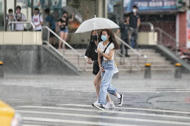 氣象達人彭啟明預告,受大氣環境影響,八月中下旬可能會有多個颱風發展。(杜宜諳攝)
