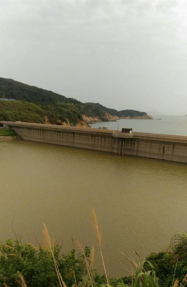 盧碧颱風轉為熱帶低氣壓仍持續影響馬祖,7日起為四鄉五島帶來豐沛水量,至9日止水庫共進帳21萬3138噸。(自來水廠提供)