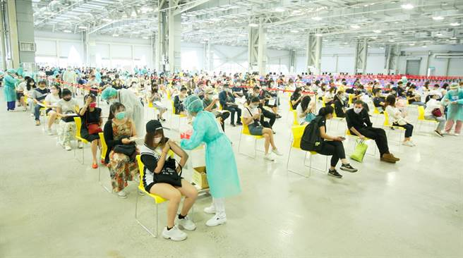台灣疫情雖趨緩,但卻鬧出疫苗荒,不僅數百萬人第二劑遙遙無期,更有大批年輕人至今尚未接種第一劑。(圖/張鎧乙攝)