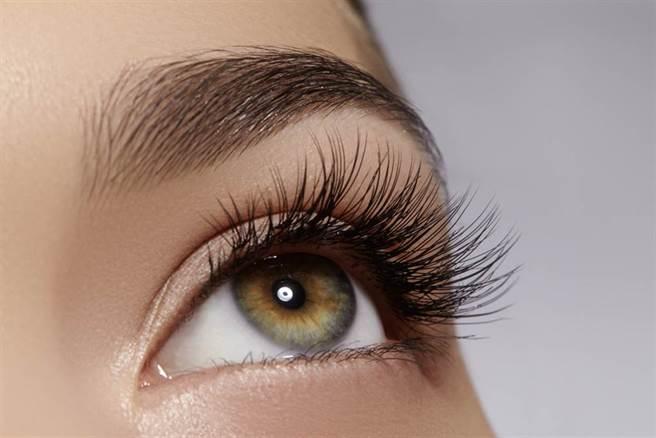 眼屎多、眼瞼乾澀都是重要警訊!這原因嚴重時會奪命。(示意圖/Shutterstock)