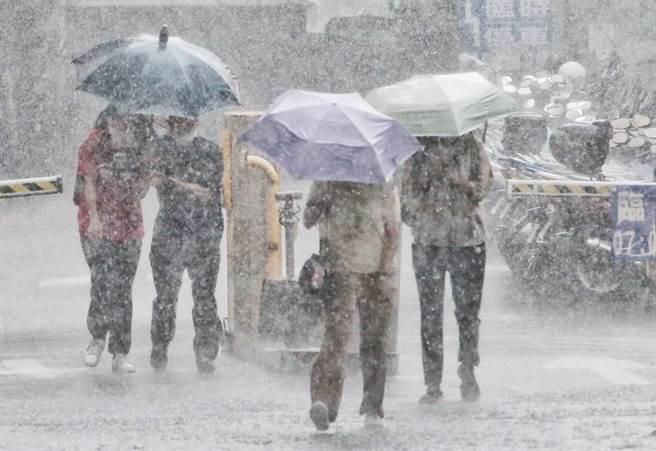 中央氣象局發布大雨特報,對流雲系發展旺盛,易有短延時強降雨。(趙雙傑攝)