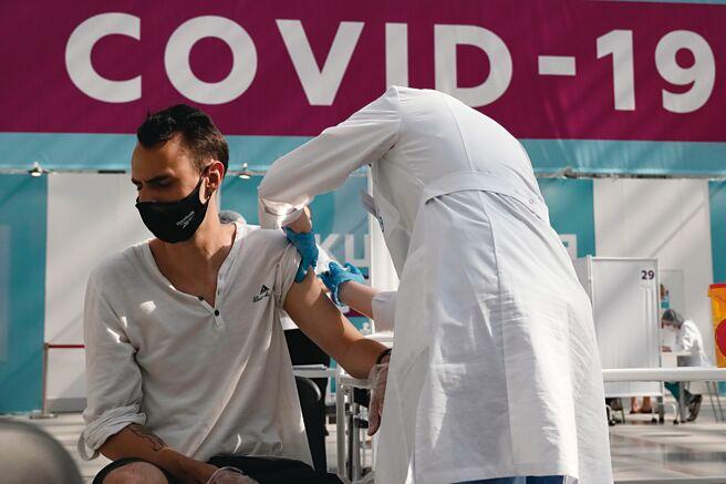 新冠變種病毒加速擴散,美國CDC近來更改防疫指引,建議接種疫苗者室內仍應配戴口罩。圖/美聯社