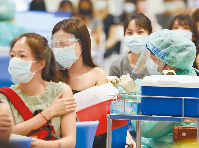 台北市花博爭豔館接種站9日為補教業者專案施打AZ疫苗。有接種者害怕打針,露出痛苦表情。(陳俊吉攝)