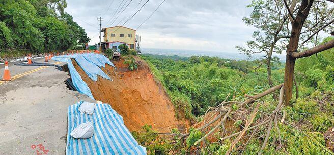 距離台灣民俗村300公尺的花壇鄉三芬路,連月來因颱風豪雨,導致部分路段出現大面積嚴重坍方、另處路段路面出現裂縫,令人怵目驚心。(彰化環盟提供/謝瓊雲彰化傳真)