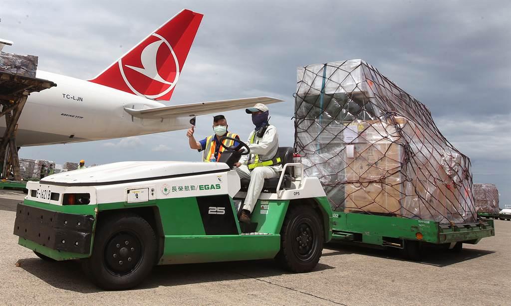 立陶宛捐贈台灣的2萬劑AZ疫苗於7月31日運抵桃園機場,雖然數量有限,但仍在疫苗急的台灣引起矚目。(圖/范揚光攝)