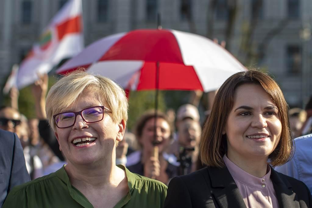 立陶宛總理希莫尼特(左)與白俄羅斯反對派領袖季哈諾夫斯卡婭(右)出席白俄羅斯反對勢力遊行。立陶宛因長期受蘇聯統治,在獨立後多數人都堅持反俄與反共立場。(圖/美聯社)