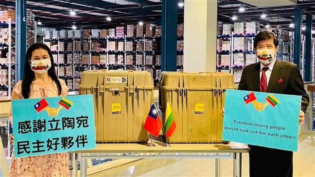 立陶宛捐贈台灣的AZ疫苗讓不少台灣人極為感謝,許多雖然不知道立陶宛到底在哪裡,但收到一個人口只有台灣12%的國家送來的疫苗,仍感覺相當溫暖。(圖/@Taiwan Today)