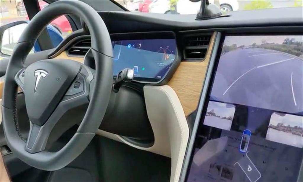 特斯拉正在升級自動停車功能:基於視覺方案,停得更準、周圍沒車也能用(圖/DDCar)