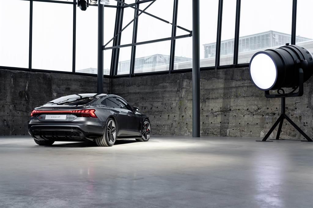 Audi首款純電轎跑e-tron GT在六月開放預購後,僅一個月就將首批50台配額售罄。(圖/業者提供)