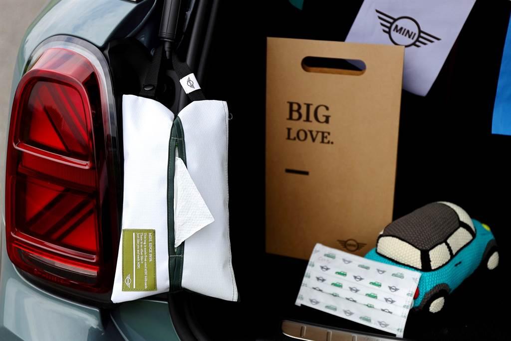 MINI品味生活隨行組包含MINI隨行面紙收納袋、MINI Taiwan探險旅札、MINI印花口罩(5入)。(圖/業者提供)