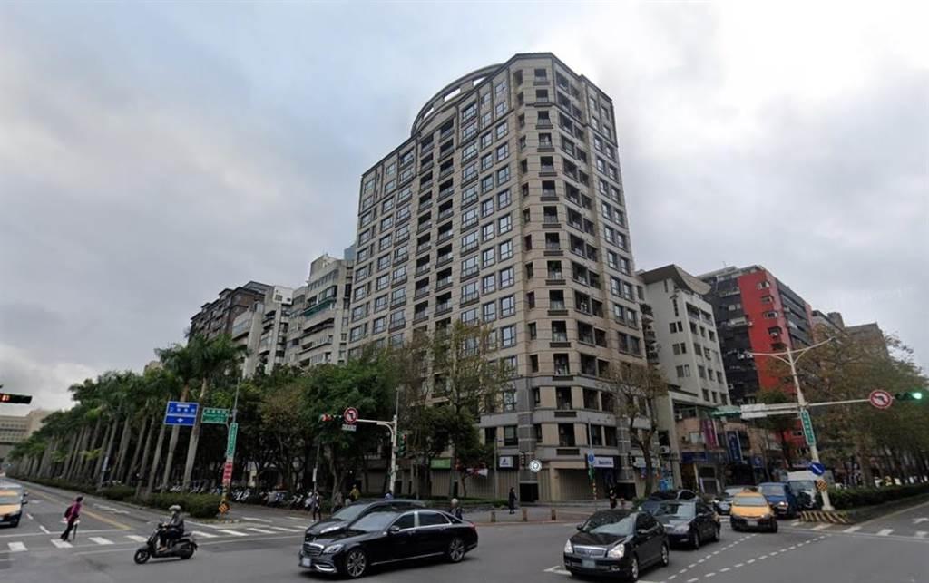 位於國父紀念館旁、仁愛路四段的豪宅「仁愛尚華」再傳交易,總價9,838萬元,拆算車位每坪約172萬元。(圖/翻攝自Google街景)