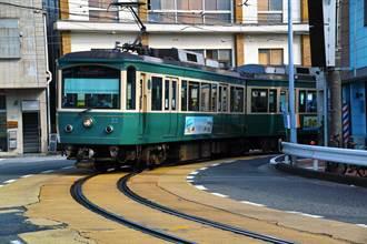 鐵道迷苦守等拍美照 見老外亂入「與電車同行」全怒了