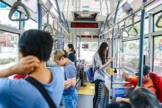 幼齒正妹司機曬工作照 脫口罩網全暈:想搭公車了