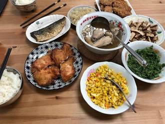 媽煮一桌大餐狂邀功 兒在廚房見一幕驚回:難怪特別好吃