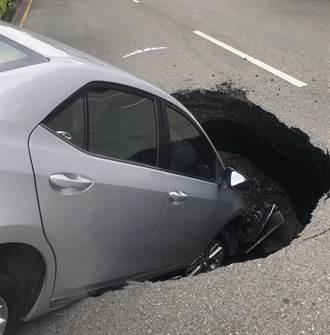 台中文心南路驚現「天坑」驚悚曝光 整車突遭吞一半