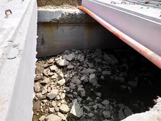 梧棲雨水下水道工程 汙泥及水泥塊未清竟蓋頂板