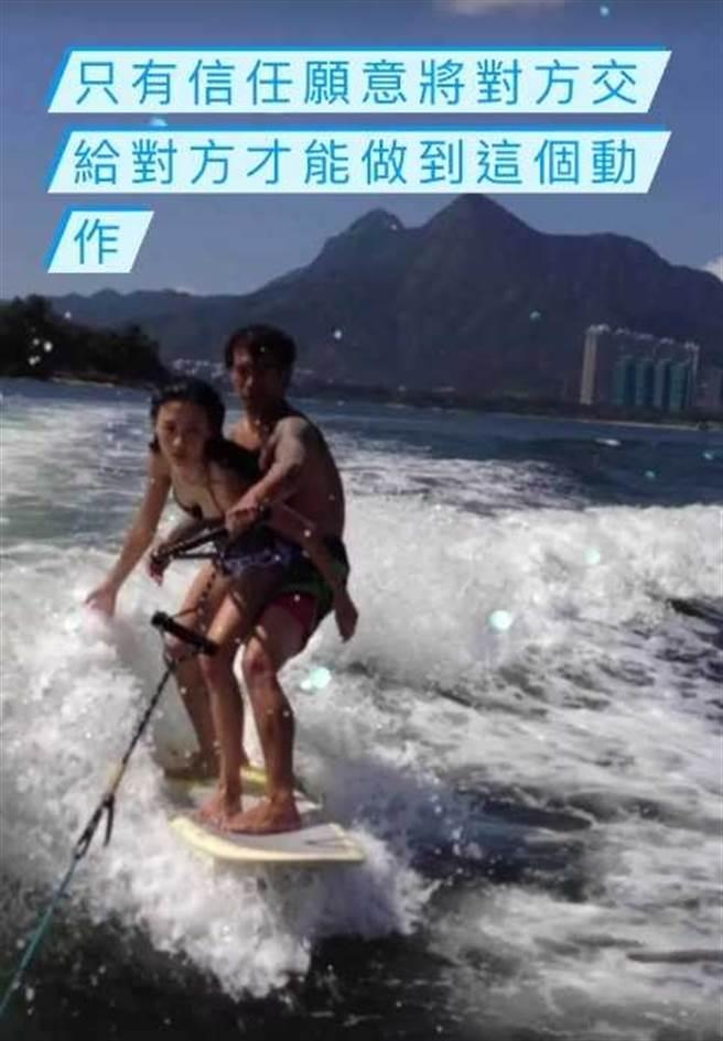 張柏芝與教練貼身衝浪。(翻攝自張柏芝IG)