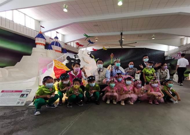 台南市長黃偉哲與參觀小朋友合照。(劉秀芬攝)
