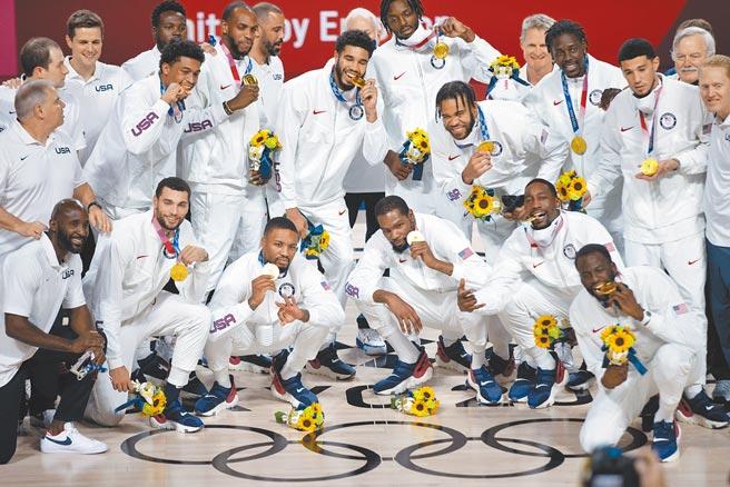 圖為東京奧運會男籃頒獎儀式,美國隊奪得冠軍。(新華社)