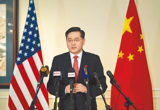 中國新任駐美國大使秦剛(見圖)抵美後,不斷對美伸出橄欖枝,最新舉動是透過推特祝賀美國隊在東奧的表現。圖為他抵達美國時受訪。(新華社)
