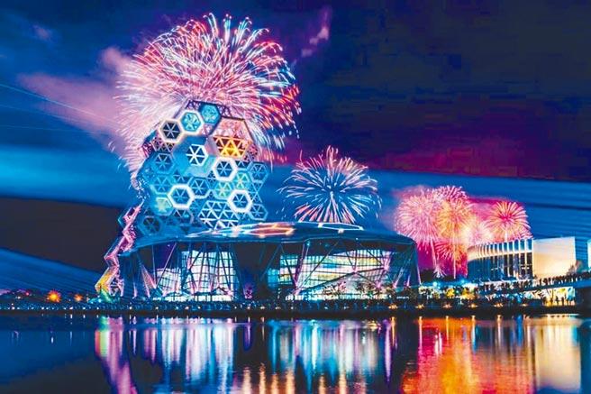 2021國慶煙火在高雄,可望創造豐碩觀光財。圖為跨百光年大港煙火畫面。(高市觀光局提供/柯宗緯高雄傳真)