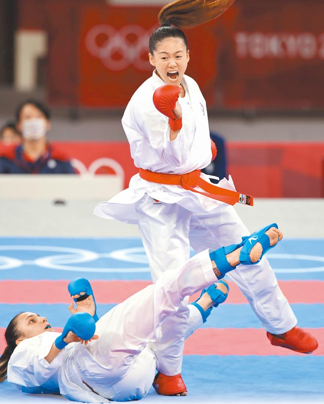 東京奧運空手道女子55公斤級,中華隊文姿云(右)奪得銅牌。(季志翔攝)