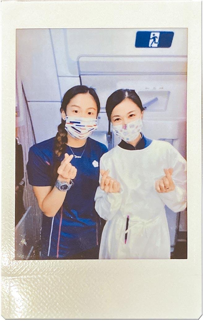 文姿云(左)在東奧回台班機上巧遇3年前亞運返台碰到的華航空姐,兩人開心用拍立得合照留念。(文姿云提供)