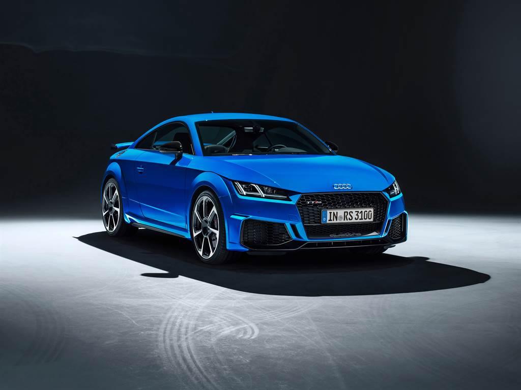 TT RS外觀剽悍銳利的絕美動感,專屬性能外觀展現競速氣勢。(圖/業者提供)