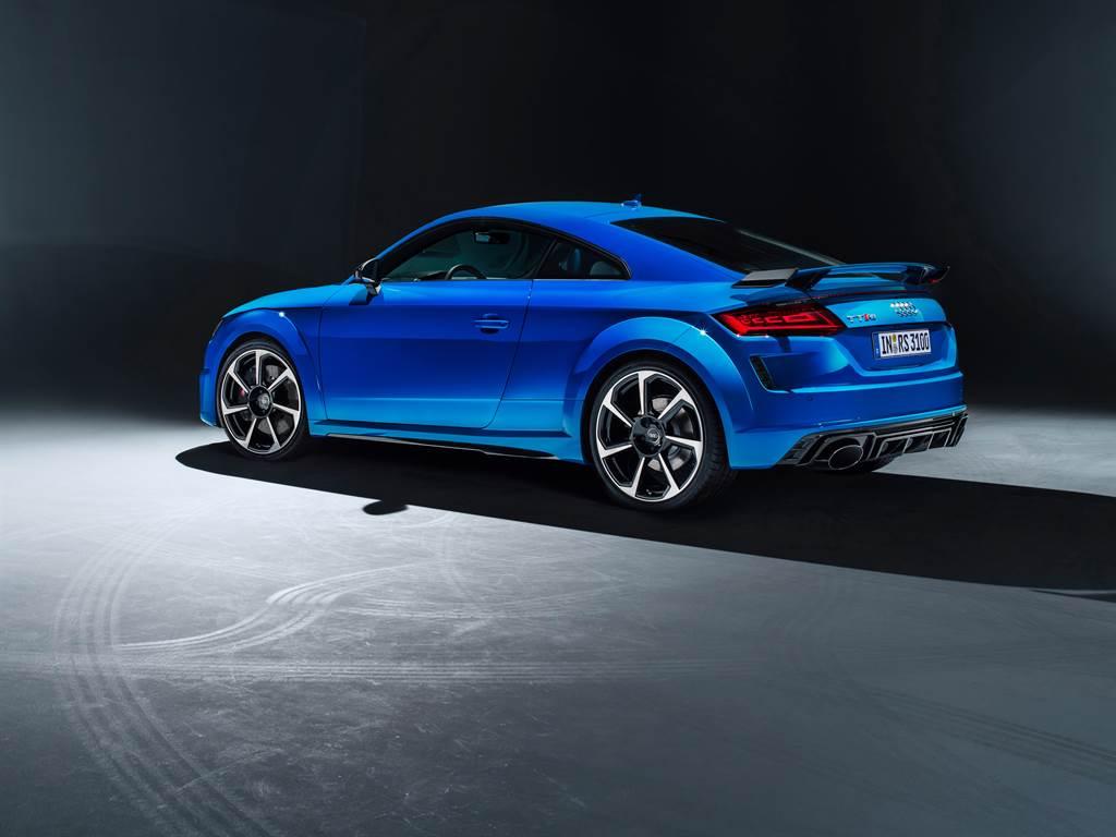 車尾同樣呼應其絕對性能取向,行李箱蓋上方醒目的TT RS專屬固定式尾翼展現強烈競技風格。(圖/業者提供)
