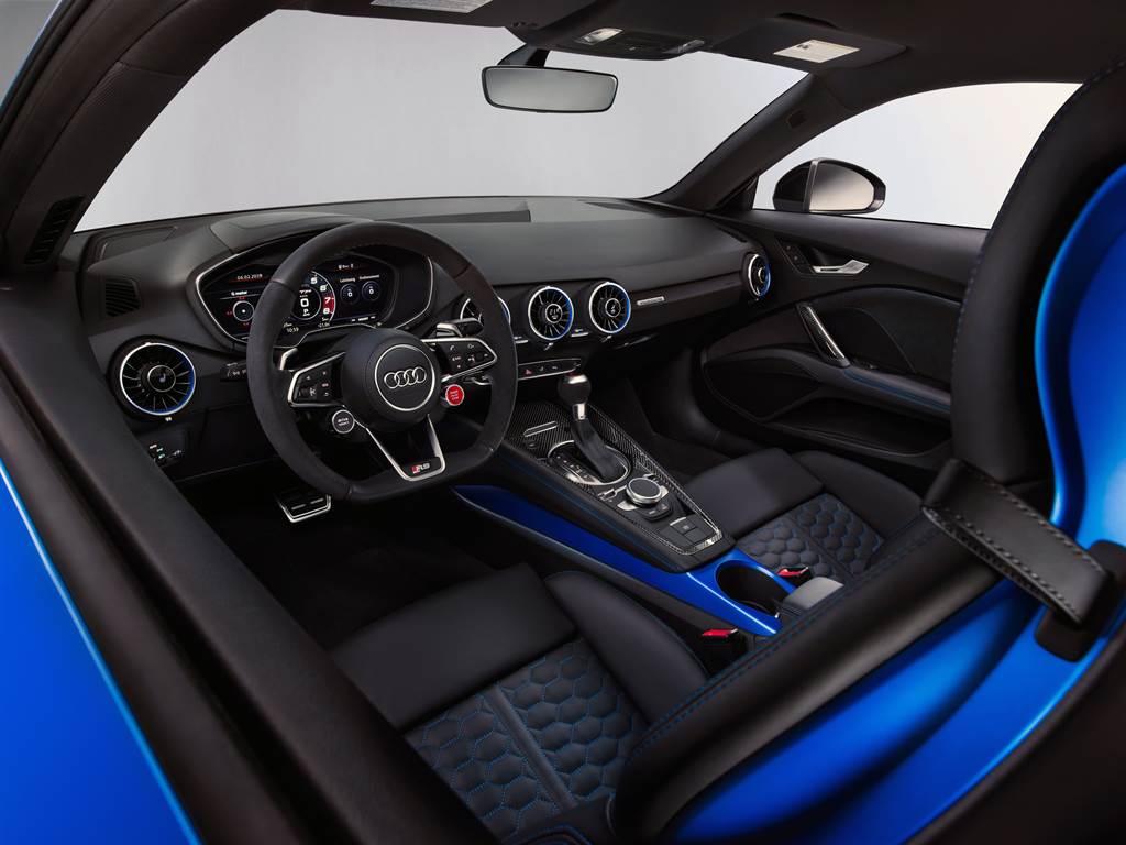 科技與性能交織的競技化座艙,挹注賽車化熱血跑格。(圖/業者提供)
