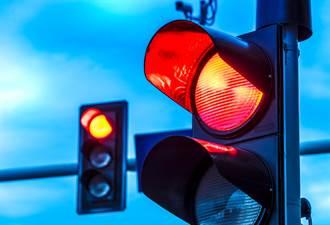 住家一直被車撞 他門口加裝紅綠燈「自救」卻GG了