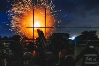 陸軍21砲指部官兵基地期末鑑測 105榴砲夜間射擊畫面震撼