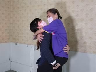 「舉重精靈」方莞靈光榮返家 開心地把媽媽整個抱起