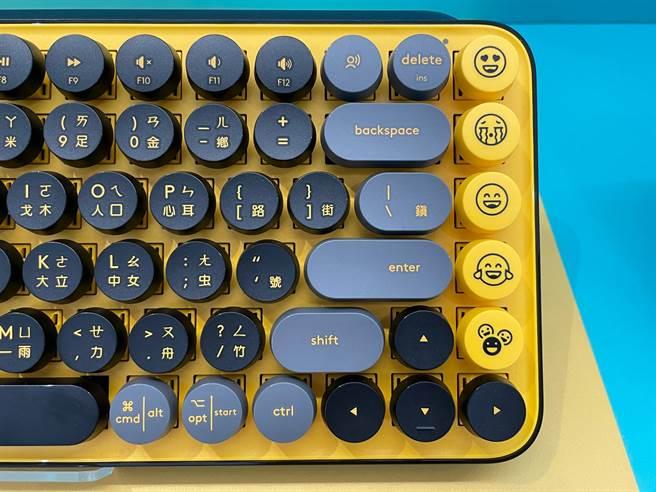 POP KEYS無線機械式鍵盤最大特色就是具有表情符號鍵帽,且可自行更換(需搭配軟體設定一同替換)。(黃慧雯攝)