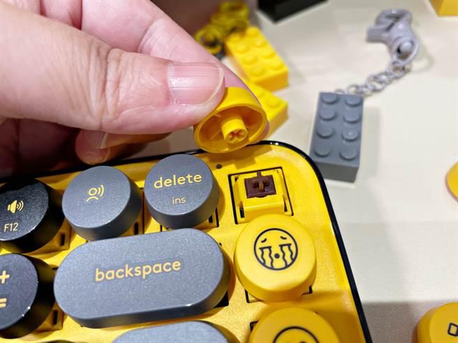 羅技POP KEYS無線機械式鍵盤很容易就可更換鍵帽,使用上有像在玩樂高的DIY感受。(黃慧雯攝)